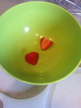 Ponga las fresas en un tazón.