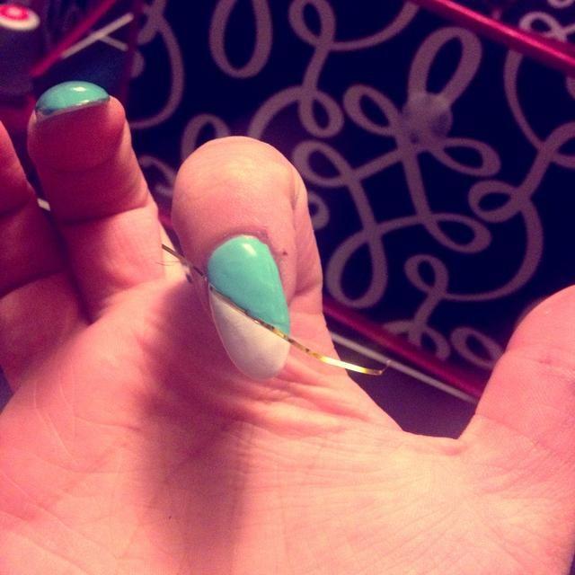 Pinte la mitad de su azul de uñas.
