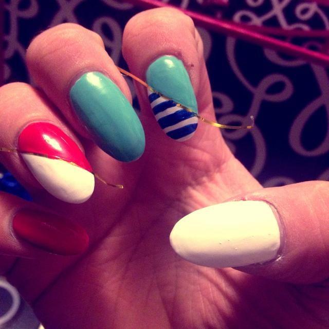 Tome un striper o pincel, y crear pequeñas rayas azules a través de la sección blanca de la uña.
