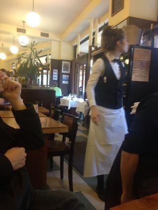 Pinguin vestidos camareros no son un signo de un buen café ... Simplemente significa que se visten para darle la impresión de que es bueno .. Así que ten cuidado con el precio de los menús y el aspecto de la comida