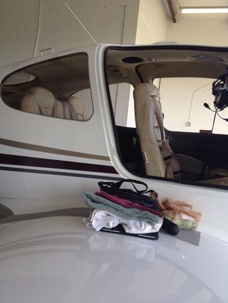 Ok, ahora el reto de tomar el avión hacia fuera. Tienen esta pequeña máquina como una especie de extractor segadora o torre que Ron comienza, novillos y lo saca. ¿El avión tiene un nombre?