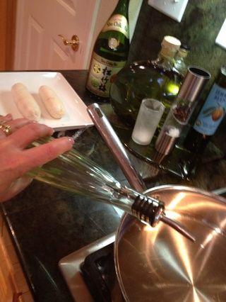 Consigue un aceite de oliva caliente para dorar el pollo