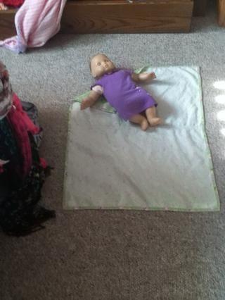 Coloque a su bebé en la esquina que se dobla por la (i utiliza una muñeca).