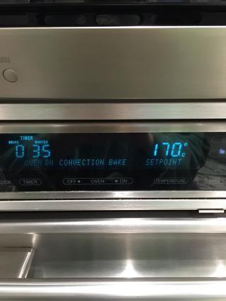 Y cocer en el horno precalentado