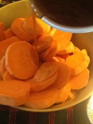 Vierta la salsa sobre las patatas dulces y suavemente le dan un gran revuelo