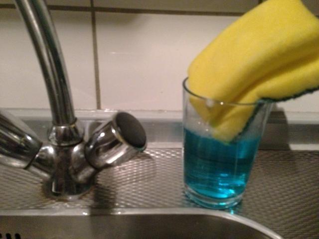 Sumerja la esponja (usted aprenderá primera vez- si usted llena el vaso hasta el final que se desbordará ??????)