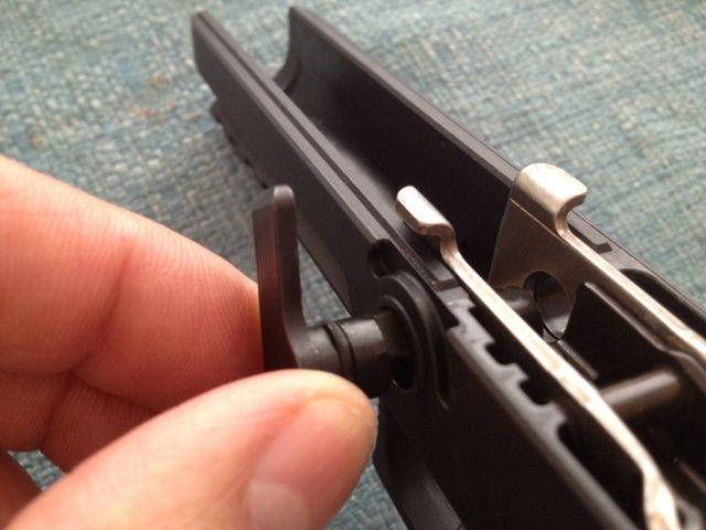 Retire la palanca de desmontaje (gire y tire al mismo tiempo).
