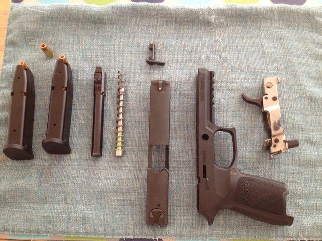 Arma de fuego totalmente desmontada para la limpieza / mantenimiento. Para volver a montar las armas de fuego, llevar a cabo los pasos en orden inverso.
