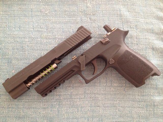 Corredera superior separada de la armadura de la pistola.