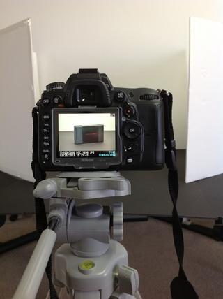 Encuadre el objeto en el centro y el zoom bastante cerca. Estoy a unos 70 mm utilizando una cámara réflex digital. Tome una fotografía con su artículo como aparecería en un estante en la tienda. (En su embalaje si es posible)