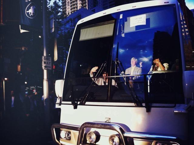 En esta imagen de la exposición se bloquea y el autobús no está más expuesta, y esto nos ayuda a ver la figura sentada a la luz en el interior del autobús. (Imagen de autor Oliver Lang).