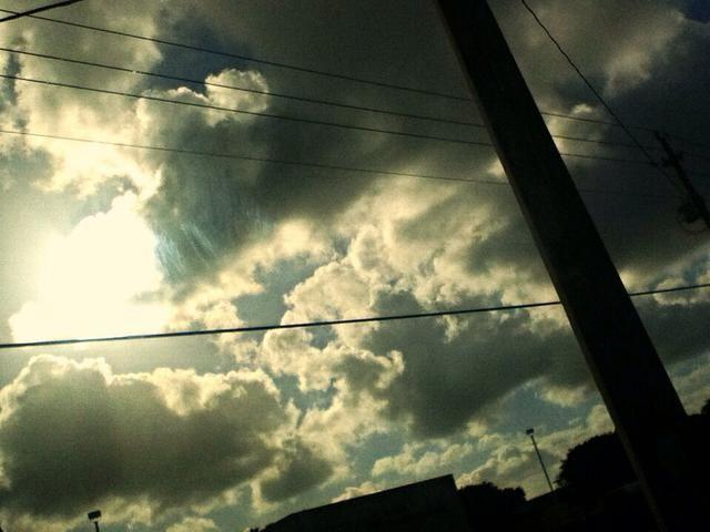 ¡El cielo es el limite! Así que toma fotos de ella! Tomé esta de mi ventanilla del coche. El cielo es tan hermosa! No se olvide de capturarlo y el momento. Los recuerdos se desvanecen por lo toman fotos