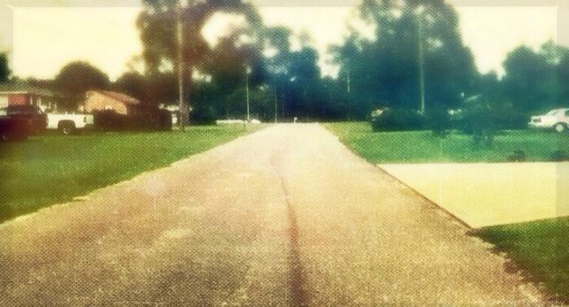 Golpee el camino, ¡literalmente! Las carreteras pueden hacer hermosas y profundas imágenes. Encontrar el camino correcto es la clave. Busque uno que tiene el aspecto que're going for: Dark, Modern, or Quiet.
