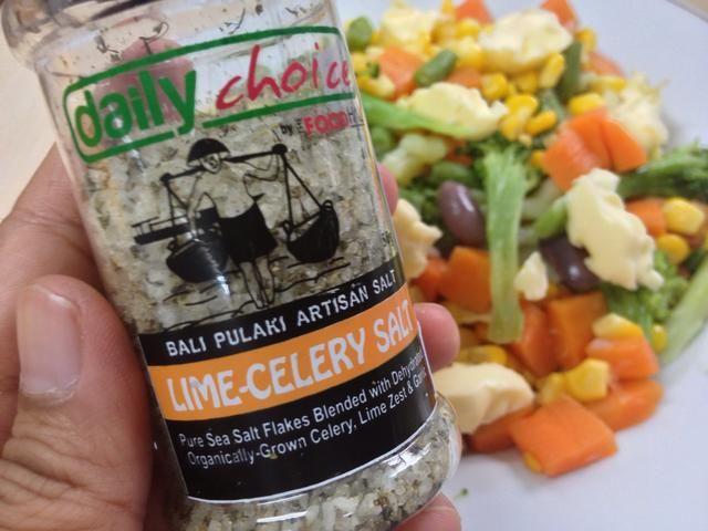 Spinkle un poco de sal de mar. Yo uso el que tiene sabor: Cal-apio para lil bit de patada fuerte y picante