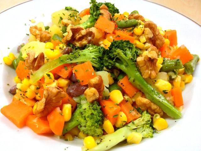 Adorne con nueces. Ummmm huele tan crujiente y delicioso ... :) No tenga miedo de hacer la comida y tastepriment. Nunca dé para arriba en sus verduras :) disfrutar