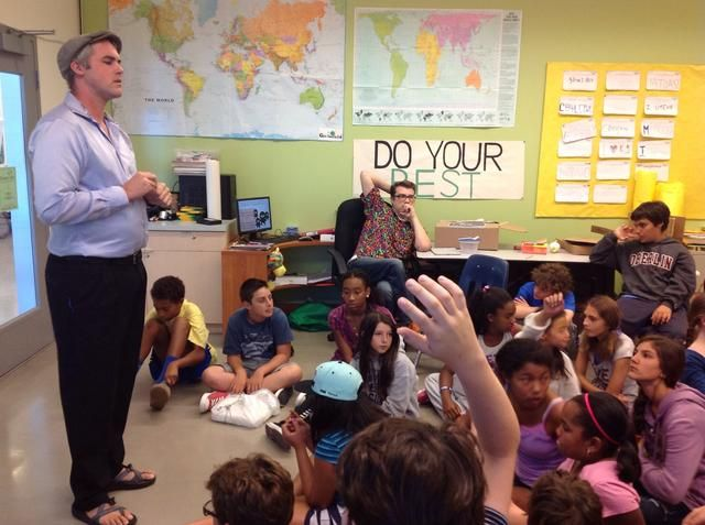 Dirígete al salón de clases para la sesión informativa.