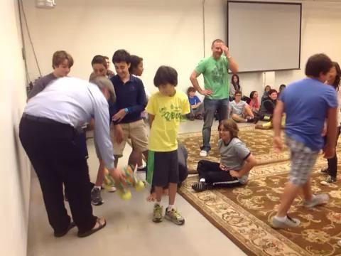 Gameplay continuó. Preste atención a la estrategia de los estudiantes. Aquí un estudiante lanza el animal de peluche.