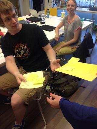 Los estudiantes reciben sus párrafos originales con información revisada por profesionales.