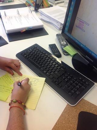 Los estudiantes editar y mejorar su párrafo original después de recibir retroalimentación de revisión inter pares.