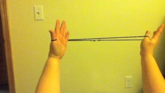 Lleve el dedo meñique derecho a la mano izquierda y lo utilizan para conectar las dos hebras de hilo que se ejecutan entre el pulgar izquierdo y el dedo índice. Tire de la mano derecha de nuevo y hacer cuerda tensa.