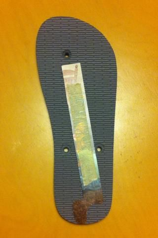 Retire con cuidado la cinta desde el flip flop. Alinear la primera plantilla de papel desde el talón hasta el agujero entre los dedos de los pies, aprovechar al máximo la longitud posible sin chocar con uno de los agujeros.