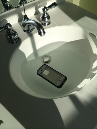 Sumerja completamente tu iPhone en el fregadero de agua durante 30 minutos. Asegúrese de que su teléfono está en algún lugar seguro donde no se moje, y no en el caso.