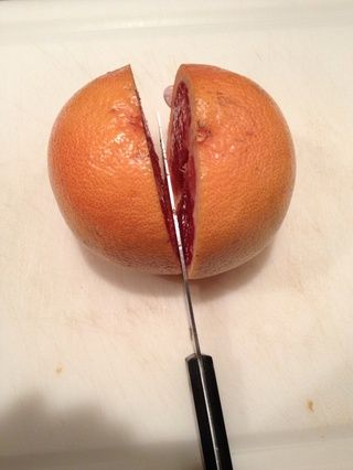 Cortar el pomelo por la mitad.