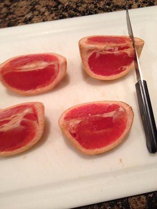 Puntaje un lado de cada trimestre exactamente en la línea entre la fruta y la cáscara.