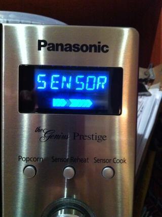 Coloque el plato en la mesa a su vez microondas y pulse el ajuste del sensor de papa. Si no't have the potato sensor setting cook on high for about 20 minutes.