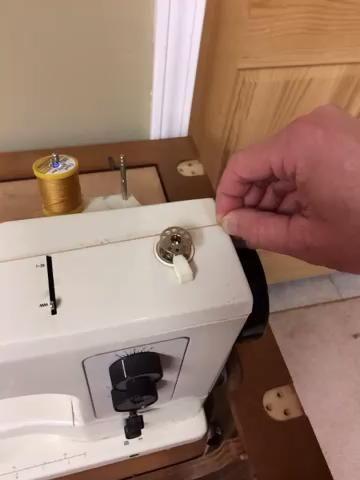Viento hilo de las agujas del reloj alrededor de la bobina unas cuantas veces así que muerde a sí misma.