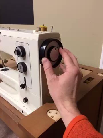 Desenganche el brazo de costura desde el motor girando este contador rueda interior en sentido horario. Esto permitirá que el motor para enrollar la bobina en lugar de trabajar la aguja hacia arriba y hacia abajo.