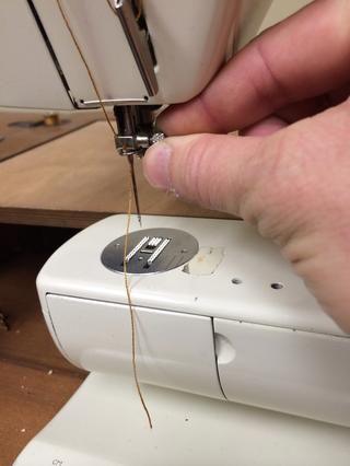 Utilice este mando para apretar la aguja en su lugar.