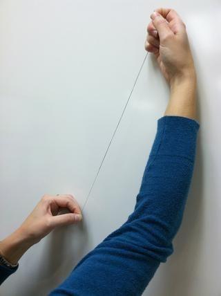 Continúe tirando de la aguja y pellizcar los giros hasta las formas nudo en el extremo de la rosca.