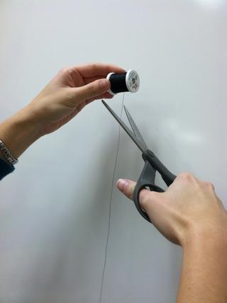 Cortar el hilo en un ángulo con tijeras.