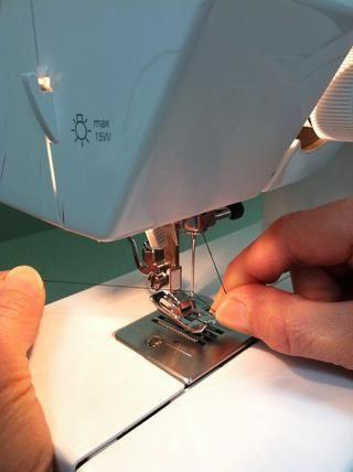 Asegúrese de que el hilo no se enrede o envolver alrededor de la aguja.