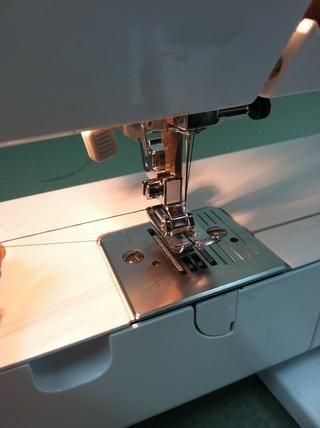 Aquí, la máquina ha sido roscado con ambos los hilos superiores e inferiores.