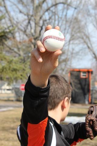 Este es un ejemplo de una recta. Tenga en cuenta que con una bola rápida, mis dedos están en la parte superior de la bola. Con una curva, los dedos están en el lado.
