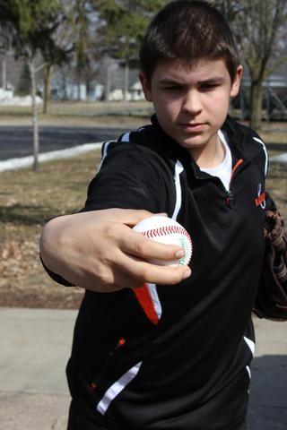Antes de soltar la pelota, el pulgar debe estar frente a su cara y su muñeca se ladeó ligeramente en