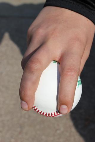 Coloque los dedos en las dos costuras justo antes del punto en el que las costuras completan