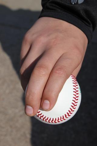 Mueva su dedo índice sobre hasta que toque el dedo medio