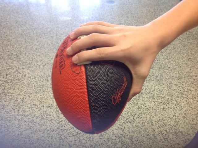 Paso 3 Ponga sus dedos en su mano dominante en todos los demás brecha en el encaje. Coloque el pulgar donde sea's comfortable to grip the ball.