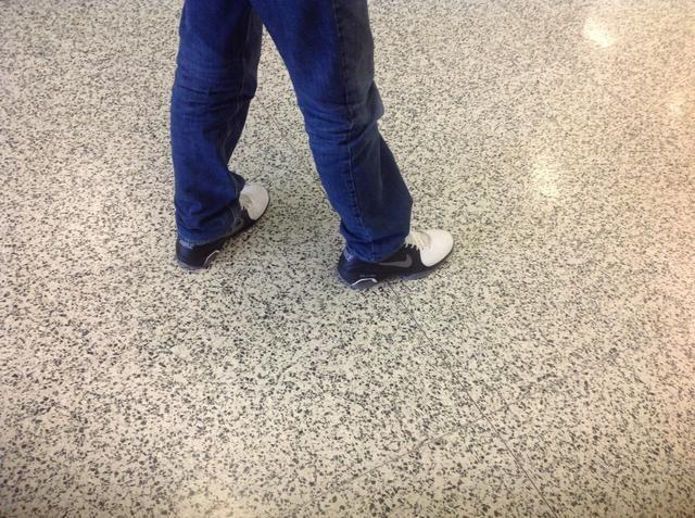 Paso 5 Si usted es un zurdo puso el pie justo en frente de su pie izquierdo sobre el hombro ancho de los hombros.