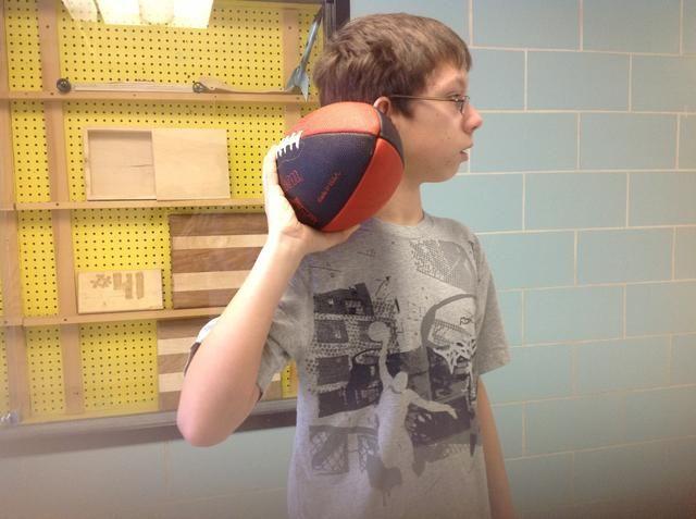 Paso 6 Sosteniendo la pelota en la mano dominan traerlo de vuelta a su oído con el codo doblado.