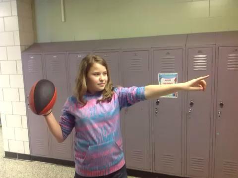 Paso 9 soltar la pelota con un movimiento de lanzamiento y girar su muñeca para lanzar una espiral.