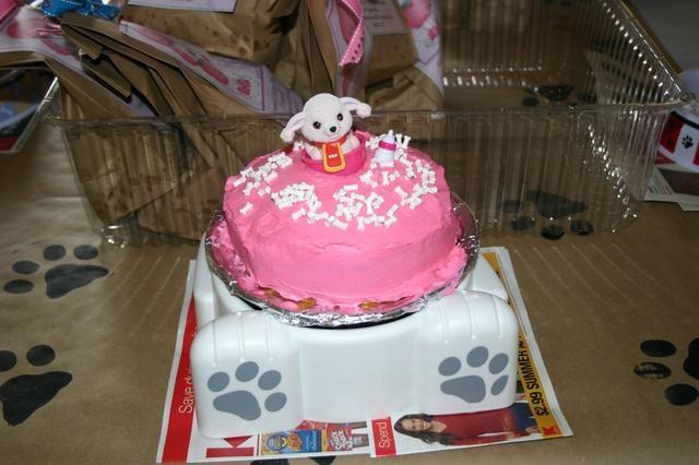 La cumpleañera consiguió su propia tarta casera y un plato diferente de todos los demás. Los invitados tuvieron cupcakes con banderas caseras hechas con pegatinas del perrito.