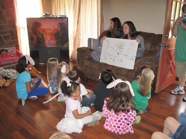 Los niños escucharon la historia de un perro que pierde sus manchas. Fue una linda historia hecha por un amigo. Ella hizo preguntas a lo largo de la historia y los niños les encantó la interacción.