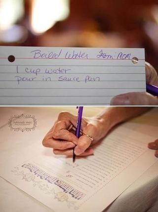 Cada invitado se le dio una tarjeta de la receta y pidió que escribiera una receta favorita por lo que el novio puede comer después de casarse.
