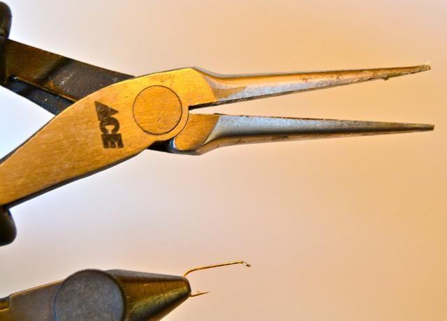 Algunas regulaciones requieren el uso de anzuelos sin rebaba. Si usted tiene un gancho de púas, sólo tiene que apretar la lengüeta plana con un par de pinzas de punta de aguja. (Yo personalmente de-púa todos mis ganchos.)