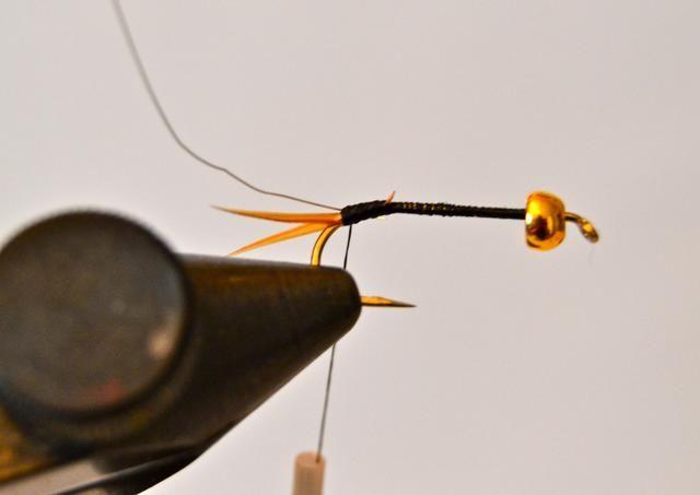 Empate en un solo hilo de alambre fino de color oro en la parte delantera de la'tail.' (The wire should be at least 3-4 inches to make sure you have enough.)