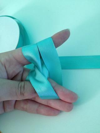 Volver al Paso 9. Una vez que haya teje a través del pequeño espacio entre los dedos, agregar la pulsera a la cadena acaba tejida. Llevar a través de la Etapa 9 (la única diferencia es la pulsera de allí).